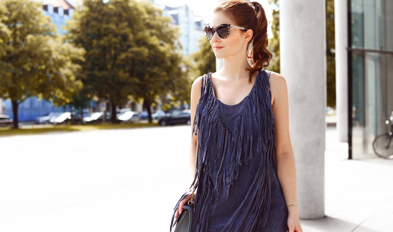 outfit blaues asos lederkleid  